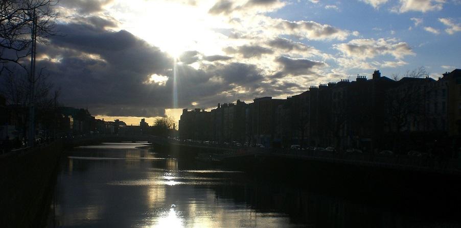 Die Sonne spiegelt sich im Wasser, Dublin